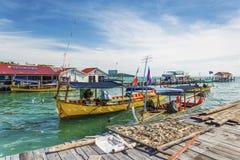 Fartyg för Kohrongö och färjapir i Kambodja Royaltyfria Bilder