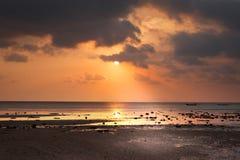 Fartyg för lång svans i havet under solnedgång royaltyfri bild