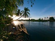 Fartyg för lång svans på floden under solnedgång Royaltyfri Fotografi