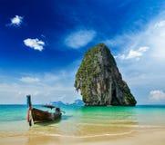 Fartyg för lång svans på stranden, Thailand Royaltyfri Foto