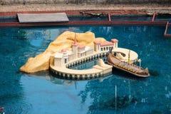 Fartyg för radiokontrollleksak i en port på Park Asterix, Ile de France, Frankrike arkivbilder
