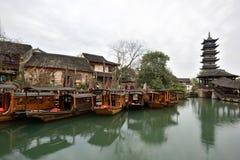 Fartyg för traditionell kines i kanal av Wuzhen Arkivbild