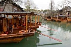 Fartyg för traditionell kines i kanal av Wuzhen arkivfoton
