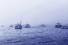 Fartyg för vattenhimmelmoln som seglar för dimmahav för färja det dimmiga havet Arkivbild