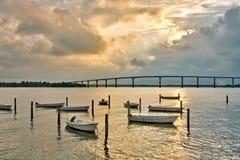 Fartyg förtöjde i Chesapeakefjärden i Solomons Isl Arkivbild