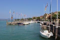 Fartyg förtöjde i hamnen på Sirmione sjön Garda Arkivfoton
