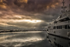 Fartyg förtöjde i port tack vare risken av stormen arkivfoton