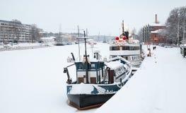 Fartyg förtöjde nära flodkust i den Turku staden Royaltyfri Fotografi