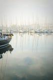 Fartyg förtöjde under en tät dimma i marina på Lagos, Algarve, Arkivfoto
