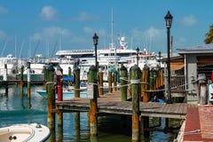 Fartyg förtöjde vid den historiska hamnstaden i Key West Florida arkivfoton