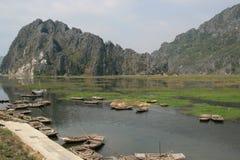 Fartyg förtöjdes på kanten av en sjö i bygden nära Hanoi (Vietnam) royaltyfria bilder