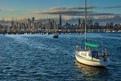 Fartyg framme av den Melbourne horisonten Royaltyfri Bild