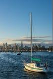 Fartyg framme av den Melbourne horisonten Arkivfoton