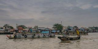 Fartyg, i att sväva marknaden Vietnam royaltyfri bild