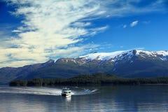 Fartyg i den alaska fjorden Arkivfoto
