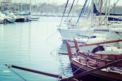 Fartyg i den Alghero hamnen i tappningsignal Royaltyfri Foto