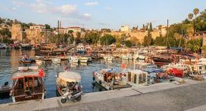 Fartyg i den Antalya hamnen, Turkiet Arkivbild