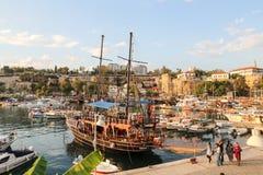 Fartyg i den Antalya hamnen, Turkiet Arkivfoton