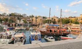 Fartyg i den Antalya hamnen, Turkiet Royaltyfri Bild