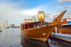 Fartyg i den arabiska stilen, i porten av Dubai Arkivbilder