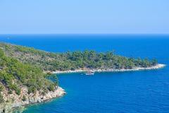 Fartyg i den avskilda fjärden, Thassos ö, Grekland Arkivbilder