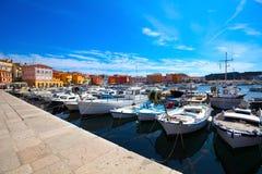Fartyg i den gammala Istrian townen Arkivfoto