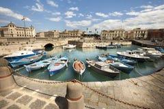 Fartyg i den lilla porten av Syracuse, Sicilien (Italien) arkivfoton