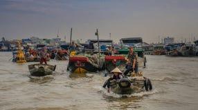 Fartyg i den sväva marknaden av Vietnam royaltyfri fotografi