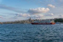 Fartyg i den Valletta hamnen på skymning, Malta, Europa Royaltyfri Bild