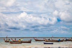 Fartyg i det tropiska havet thailand Arkivfoton