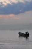 Fartyg i det violetta havet Fotografering för Bildbyråer
