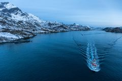 Fartyg i en fjord fotografering för bildbyråer