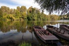 Fartyg i en flod i höst Royaltyfria Bilder