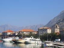 Fartyg i en port i Kotor royaltyfri foto