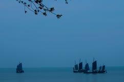 Fartyg i en sjö arkivbild