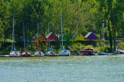 Fartyg i en sjö och färgrika hus royaltyfria bilder