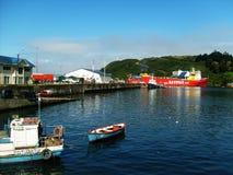 Fartyg i en traditionell port i Chile royaltyfri bild
