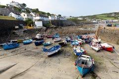 Fartyg i by för Coverack hamnCornwall England UK kustfiske på ödlaarvet seglar utmed kusten södra västra England Royaltyfria Foton