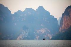 Fartyg i fördämning och berg royaltyfri foto