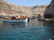 Fartyg i fjärd nära den blåa grottan malta Arkivbilder