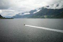 Fartyg i fjorden i Norge Royaltyfria Bilder