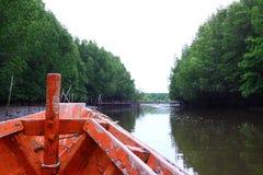 Fartyg i floden Arkivbilder