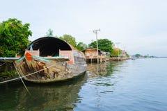 Fartyg i floden Arkivfoto