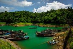 Fartyg i floden och berget Arkivbilder