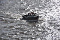 Fartyg i flodThemsen Royaltyfria Bilder