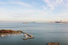 Fartyg i hästsko skäller på bakgrund av Alcatraz och San Francis Royaltyfri Foto