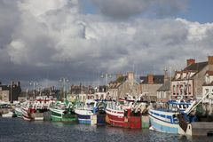 Fartyg i habor av Barfleur Normandie Frankrike Royaltyfri Foto