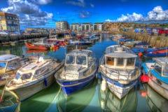 Fartyg i hamn med den västra fjärden Dorset England UK för cloudscape på lugna sommardag Royaltyfria Bilder
