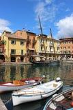 Fartyg i hamn på Malcesine på sjön Garda, Italien Royaltyfri Bild