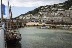 Fartyg i hamn på mouseholen, Cornwall på lågvatten Arkivfoton